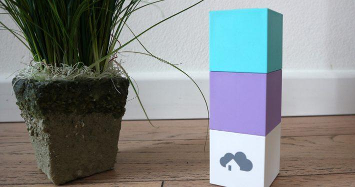 homee - das modulare SmartHome-System. Auf dem Bild sehen Sie unten den Brain Cube, darüber den Z-Wave und EnoCean Cube